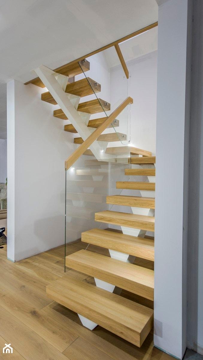Oryginał Dom nad jeziorem - Średnie wąskie schody dwubiegowe drewniane QK85