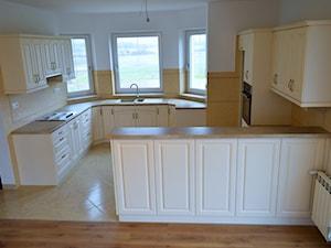 Kuchnie - Duża otwarta biała beżowa kuchnia w kształcie litery l dwurzędowa w aneksie z oknem, styl vintage - zdjęcie od WOOD-STYLE