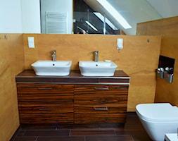 Łazienki - Mała biała żółta łazienka na poddaszu w domu jednorodzinnym, styl klasyczny - zdjęcie od WOOD-STYLE