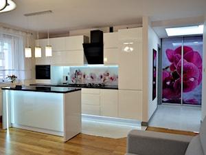 Kuchnia Wikana - Średnia otwarta wąska biała kuchnia dwurzędowa w aneksie z wyspą z oknem - zdjęcie od WOOD-STYLE