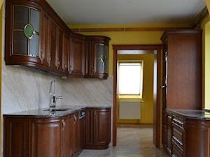 Kuchnie - Średnia zamknięta szara żółta kuchnia w kształcie litery u z oknem, styl vintage - zdjęcie od WOOD-STYLE