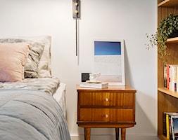 Mieszkanie w Gdyni - Mała biała sypialnia małżeńska - zdjęcie od em2pracownia - Homebook