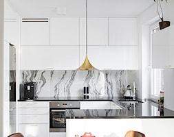GDYNIA MIESZKAIE Z WIDOKIEM NA LAS - Mała biała kuchnia w kształcie litery g w aneksie z wyspą z okn ... - zdjęcie od em2pracownia - Homebook