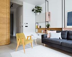 Mieszkanie w Gdyni - Średni biały salon z bibiloteczką - zdjęcie od em2pracownia - Homebook