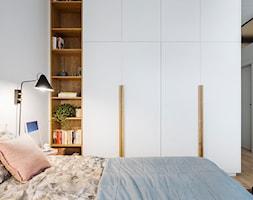 Mieszkanie w Gdyni - Średnia biała sypialnia małżeńska - zdjęcie od em2pracownia - Homebook