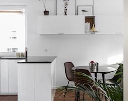 GDYNIA MIESZKAIE Z WIDOKIEM NA LAS - Mała otwarta biała jadalnia w kuchni, styl nowoczesny - zdjęcie od em2pracownia - Homebook