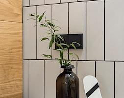 Mieszkanie w Gdyni - Mała szara łazienka w bloku w domu jednorodzinnym bez okna - zdjęcie od em2pracownia - Homebook