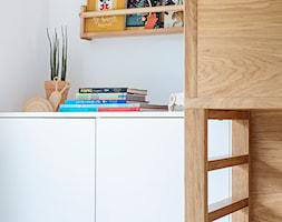Mieszkanie w Gdyni - Mały szary pokój dziecka dla chłopca dla ucznia dla malucha - zdjęcie od em2pracownia - Homebook