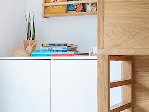 Mieszkanie w Gdyni - Mały szary pokój dziecka dla chłopca dla ucznia dla malucha - zdjęcie od em2pracownia