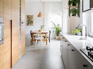 Mieszkanie w Gdyni - Średnia otwarta biała kuchnia dwurzędowa z oknem - zdjęcie od em2pracownia