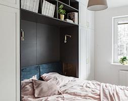 GDYNIA MIESZKAIE Z WIDOKIEM NA LAS - Mała biała czarna sypialnia małżeńska, styl nowoczesny - zdjęcie od em2pracownia - Homebook