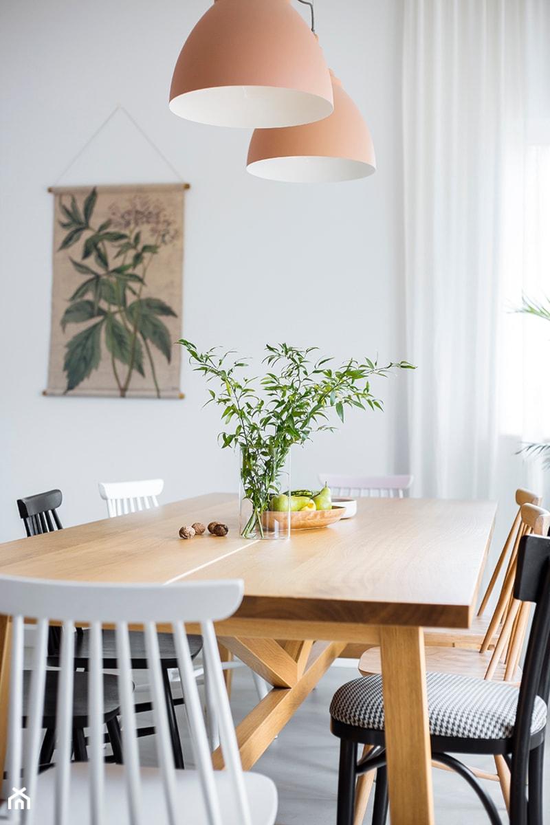 Aranżacje wnętrz - Jadalnia: Mieszkanie w Gdyni - Mała zamknięta szara jadalnia jako osobne pomieszczenie - em2pracownia. Przeglądaj, dodawaj i zapisuj najlepsze zdjęcia, pomysły i inspiracje designerskie. W bazie mamy już prawie milion fotografii!
