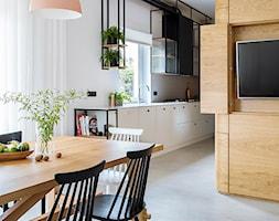 Mieszkanie w Gdyni - Średnia otwarta wąska biała kuchnia jednorzędowa dwurzędowa w aneksie z oknem - zdjęcie od em2pracownia - Homebook