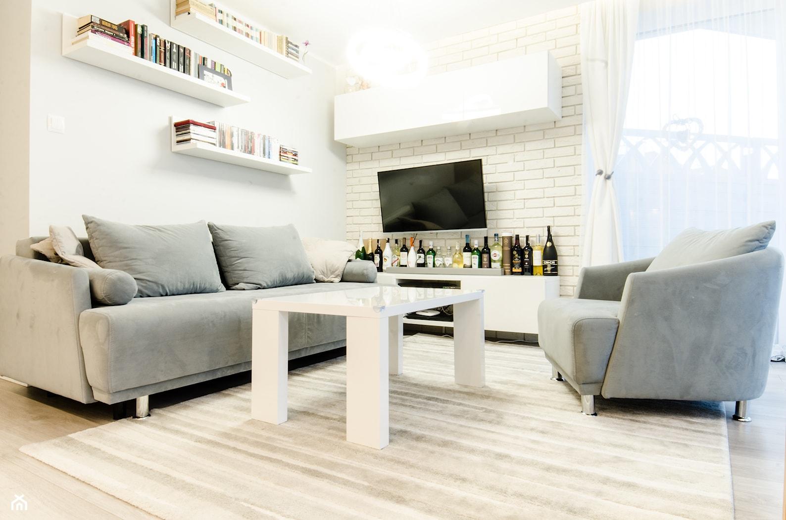 MIESZKANIE W STYLU SKANDYNAWSKIM - Mały biały salon z tarasem / balkonem, styl skandynawski - zdjęcie od BWA-STUDIO - Homebook