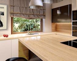 KUCHNIE PROJEKTY - Średnia biała kuchnia w kształcie litery l z wyspą z oknem, styl minimalistyczny - zdjęcie od Alina Mokrzycka Architekt / Wnętrza / Grafika