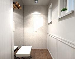 Dom w Krakowie - Mały biały szary hol / przedpokój, styl nowoczesny - zdjęcie od Alina Mokrzycka Architekt / Wnętrza / Grafika
