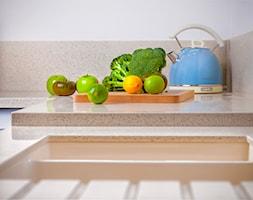 KLASYCZNA KUCHNIA Z DUSZĄ - Mała zamknięta biała pomarańczowa kuchnia w kształcie litery l, styl tradycyjny - zdjęcie od Alina Mokrzycka Architekt / Wnętrza / Grafika