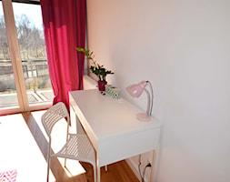 Dom jednorodzinny akw - Mały biały pokój dziecka dla chłopca dla dziewczynki dla ucznia dla malucha dla nastolatka, styl skandynawski - zdjęcie od SZALBIERZ.DESIGN