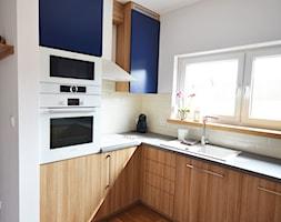 Dom jednorodzinny akw - Średnia otwarta biała kuchnia w kształcie litery l w aneksie z oknem, styl skandynawski - zdjęcie od SZALBIERZ.DESIGN