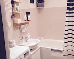 metamorfoza łazienki w 2 dni, za mniej niż 250zł - Mała biała beżowa łazienka w bloku bez okna - zdjęcie od Natalia Łupkowska