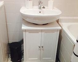 metamorfoza łazienki w 2 dni, za mniej niż 250zł - Mała biała łazienka na poddaszu w bloku w domu jednorodzinnym bez okna - zdjęcie od Natalia Łupkowska