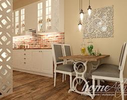Bursztynowe poddasze - Mała otwarta brązowa jadalnia w kuchni - zdjęcie od Home Atelier Aneta Rosińska-Dadsi