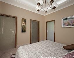 Hiszpańska dacza - Średnia beżowa sypialnia dla gości, styl klasyczny - zdjęcie od Home Atelier Aneta Rosińska-Dadsi - Homebook