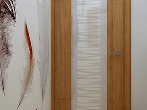 Kawalerka w dwóch odsłonach - Mała biała łazienka na poddaszu w bloku w domu jednorodzinnym bez okna, styl nowoczesny - zdjęcie od Home Atelier Aneta Rosińska-Dadsi