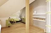 salon na poddaszu, szara ściana, zielona sofa, drewniane belki stropowe