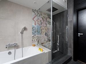 REZYDENCJA POD KRAKOWEM REALIZACJA - Średnia beżowa kolorowa łazienka na poddaszu w domu jednorodzinnym z oknem, styl nowoczesny - zdjęcie od Insidelab