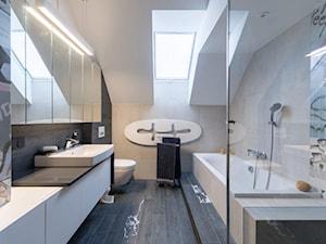 REZYDENCJA POD KRAKOWEM REALIZACJA - Średnia beżowa łazienka na poddaszu w domu jednorodzinnym z oknem, styl nowoczesny - zdjęcie od Insidelab