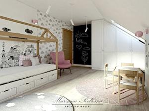 Dom jednorodzinny - Duży biały czarny pokój dziecka dla chłopca dla dziewczynki dla malucha, styl skandynawski - zdjęcie od Marzena Podleśna