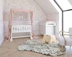Miedziany akcent - Mały biały różowy pokój dziecka dla dziewczynki dla niemowlaka, styl skandynawski - zdjęcie od MOBO