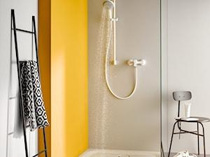 KLUDI PURE&EASY - Biała szara żółta łazienka w bloku w domu jednorodzinnym, styl eklektyczny - zdjęcie od KLUDI