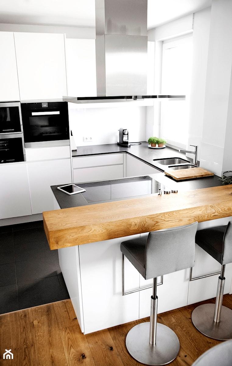 KLUDI ZENTA - Mała otwarta wąska biała kuchnia w kształcie litery u w aneksie z oknem, styl nowoczesny - zdjęcie od KLUDI