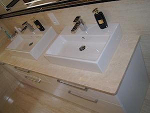 Meble do łazienki. - Mała biała łazienka na poddaszu w bloku w domu jednorodzinnym bez okna, styl minimalistyczny - zdjęcie od BiZ Art
