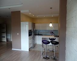 Kuchnia otwarta na pokój - lakierowana na wysoki połysk. - Mała otwarta biała żółta kuchnia w kształcie litery l w aneksie, styl nowoczesny - zdjęcie od BiZ Art
