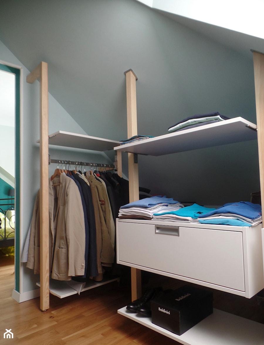 Minimalistyczna zabudowa do garderoby. - Mała zamknięta garderoba na poddaszu, styl minimalistyczny - zdjęcie od BiZ Art
