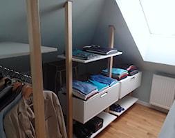 Minimalistyczna zabudowa do garderoby. - Mała otwarta garderoba z oknem przy sypialni na poddaszu, styl minimalistyczny - zdjęcie od BiZ Art