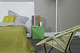 szare ściany i oliwkowa narzuta na łóżko