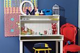 białe biurko z nadstawką i czerwone krzesło