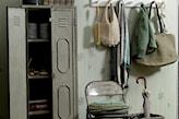 beżowe ściany i metalowa szafa w przedpokoju