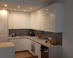 Mała zamknięta wąska beżowa brązowa kuchnia w kształcie litery g w aneksie, styl minimalistyczny - zdjęcie od gogmeble