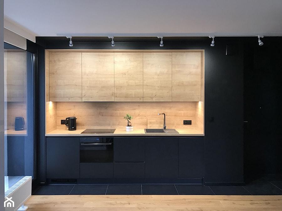 Czern I Drewno Srednia Otwarta Czarna Kuchnia Jednorzedowa Z Oknem