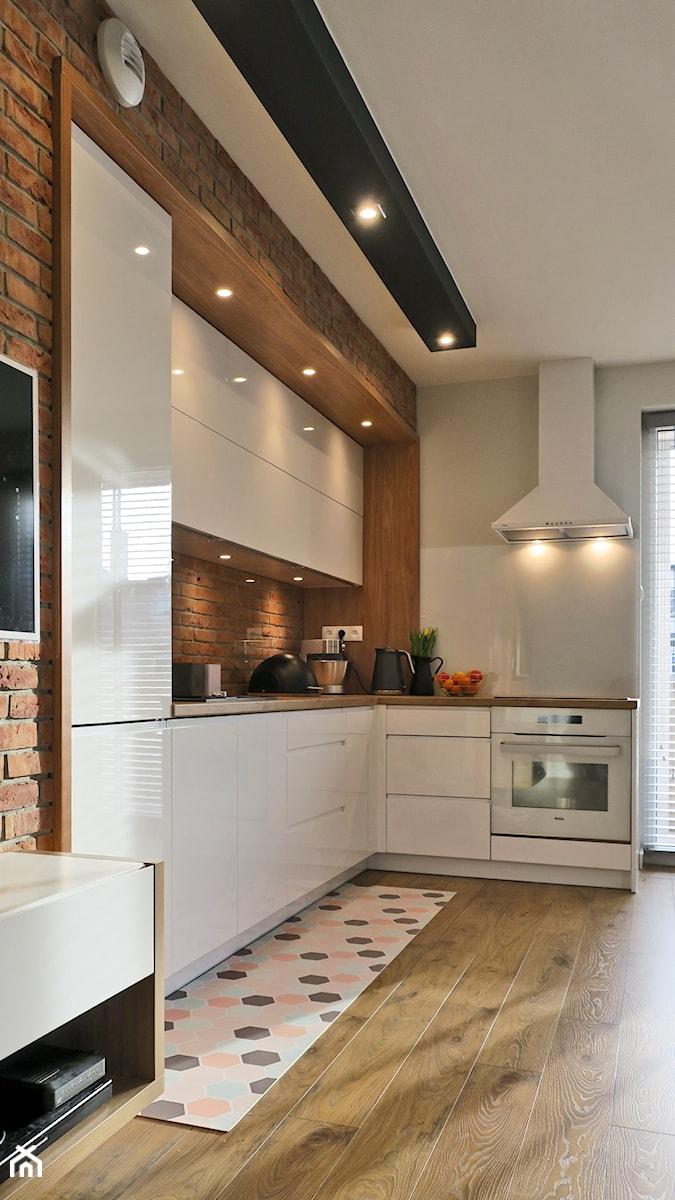 Industrialna nuta - Mała średnia otwarta biała kuchnia w kształcie litery l w aneksie z oknem, styl skandynawski - zdjęcie od Studio Uljar