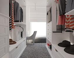 70 m² w Gdańsku - Średnia otwarta garderoba przy sypialni - zdjęcie od Piec Piąty