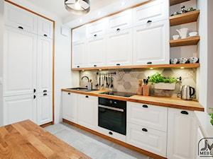 Mieszkanie Lublin III - Średnia zamknięta biała beżowa kuchnia dwurzędowa w aneksie z oknem, styl skandynawski - zdjęcie od jm-meble