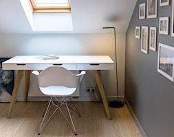 DOM K/BACZYNY 180m2 - Średnie szare białe biuro kącik do pracy na poddaszu, styl nowoczesny - zdjęcie od grupamodu