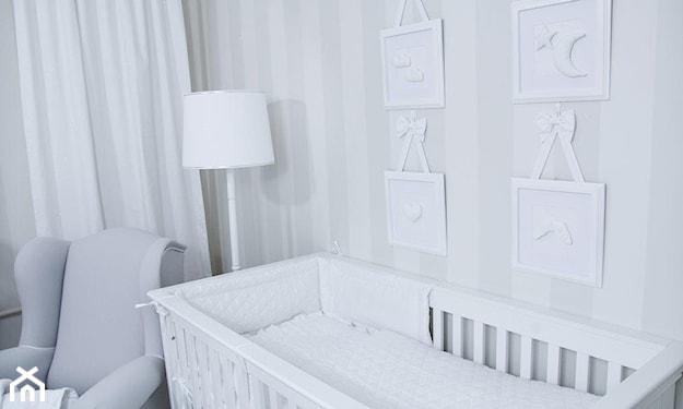 biała lampa podłogowa z abażurem, białe łóżeczko dziecięce, białe zasłony, białe dekoracje na ścianie
