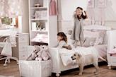 białe meble w pokoju dziewczynki, wiklinowy kosz, drewniana podłoga